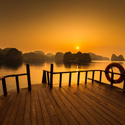 Lever de soleil depuis le pont d'une jonque