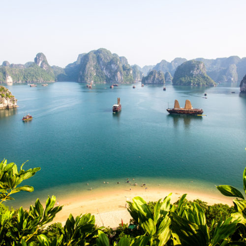 Baie d'Halong, majestic rock heart beauty…