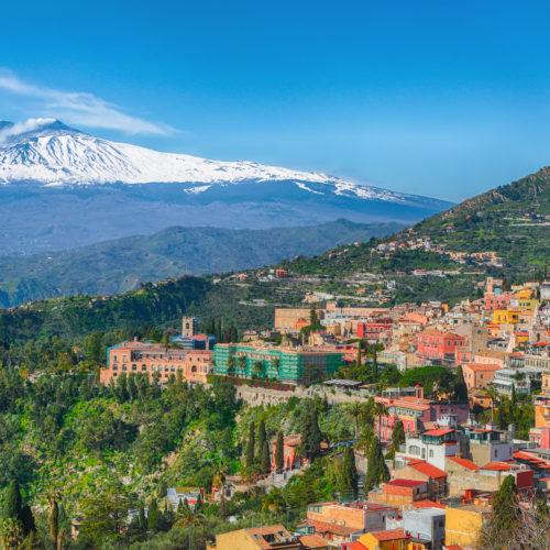 Vue sur Taormina et l'Etna - shutterstock_1377258746